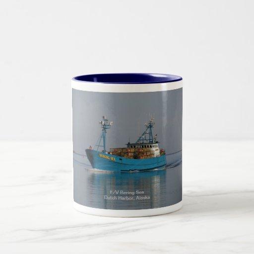 Mar de Bering, barco del cangrejo en el puerto hol Taza