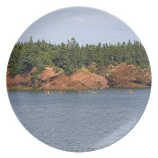 Mar de la gente kayaking en la bahía de Fundy en e Plato