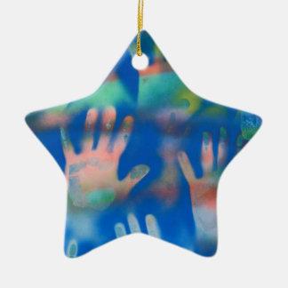 Mar de manos, anaranjado y verde en azul ornamentos para reyes magos