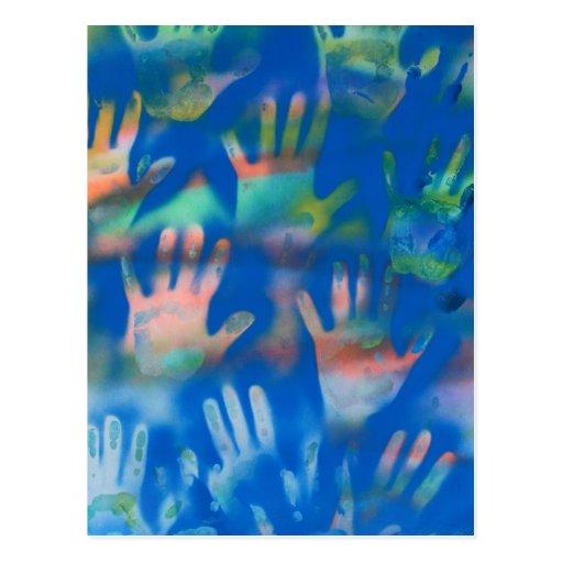Mar de manos, anaranjado y verde en azul postal