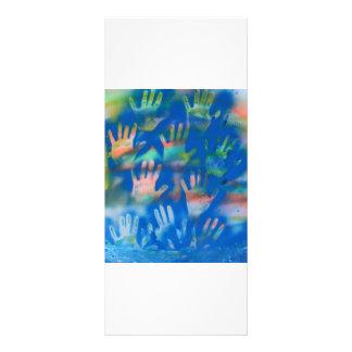 Mar de manos, anaranjado y verde en azul tarjeta publicitaria