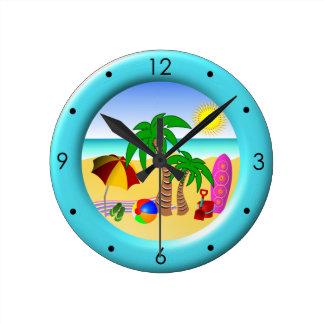 Mar de Sun de la playa y reloj redondo azul medio