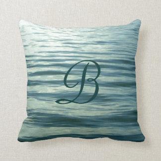 Mar iluminado por la luna con monograma almohadas