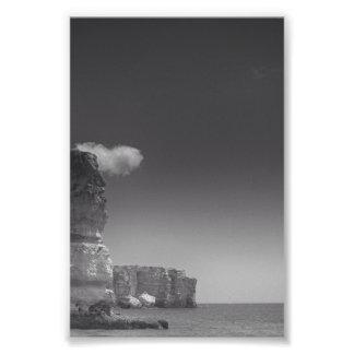 Mar negro y blanco contra las rocas Portugal Cojinete