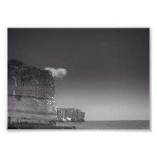 Mar negro y blanco contra las rocas Portugal Fotos
