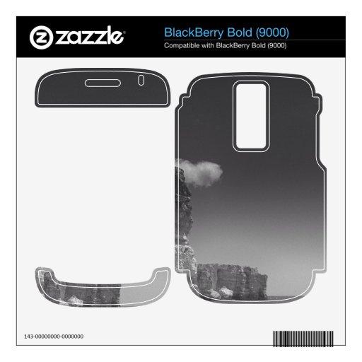 Mar negro y blanco contra las rocas Portugal BlackBerry Bold Skin