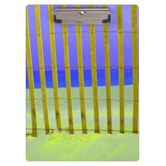 mar púrpura del azul de cielo de la cerca amarilla