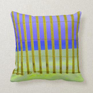 mar púrpura del azul de cielo de la cerca amarilla cojín