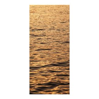 Mar tranquilo en la puesta del sol diseño de tarjeta publicitaria