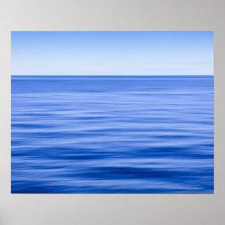 Mar tranquilo sedoso, cielo azul, falta de póster