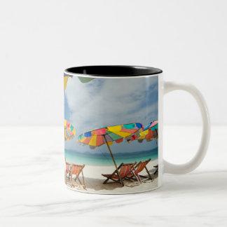 Mar tropical de la playa y de la turquesa de la ar tazas