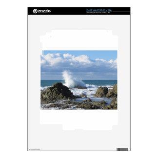 Mar y velero tempestuosos a lo largo de la costa calcomanía para iPad 2
