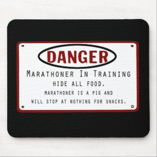 Marathoner del peligro mouse pads
