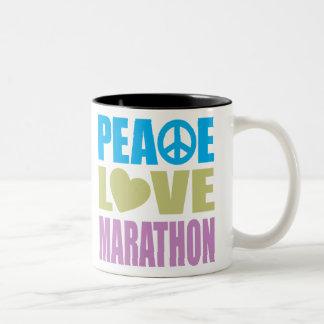 Maratón del amor de la paz taza de dos tonos