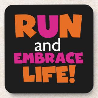 Maratón rosado anaranjado del corredor del posavasos de bebida
