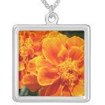Maravillas anaranjadas florecientes collar