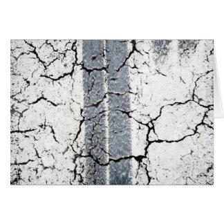 Marcas del neumático en la pintura blanca tarjeta