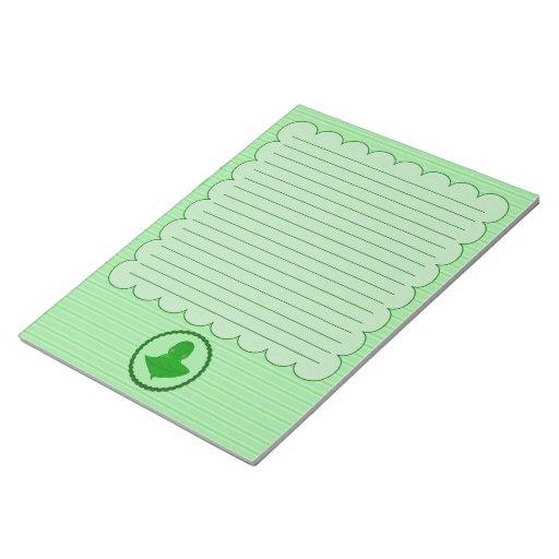 Marco con volantes de la tortuga verde el dormir c bloc de papel