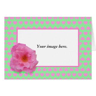 Marco de encargo, camelia rosada y corazones del tarjeta de felicitación