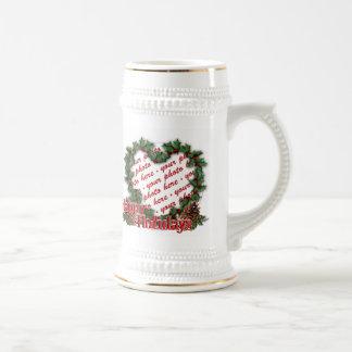 Marco de la foto de la guirnalda del acebo del cor taza de café