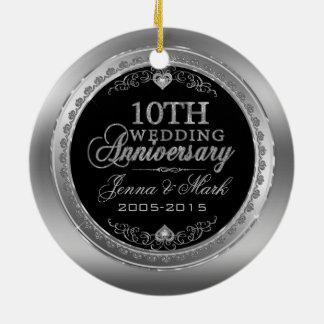 Marco de plata y 10mo aniversario de boda de los adorno navideño redondo de cerámica