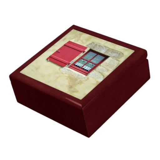 Marco de ventana rojo vibrante en una pared amaril caja de recuerdo