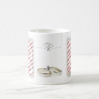 Marco del boda con los anillos tazas
