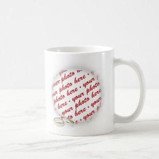 Marco del boda con los anillos tazas de café
