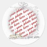 Marco del boda con los anillos y las cintas pegatina redonda
