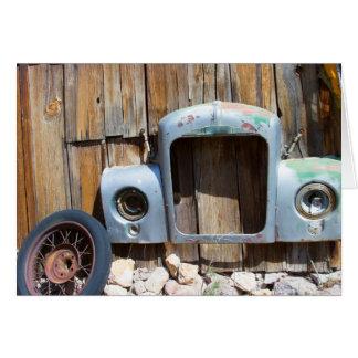 Marco del coche antiguo en granero viejo tarjeta pequeña