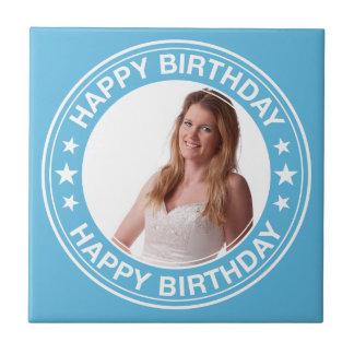 Marco del feliz cumpleaños en azul azulejo cuadrado pequeño