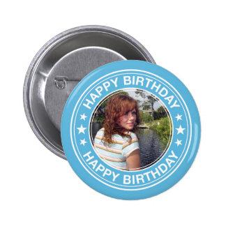 Marco del feliz cumpleaños en azul pin redondo de 2 pulgadas