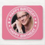 Marco del feliz cumpleaños en rosa alfombrillas de ratón