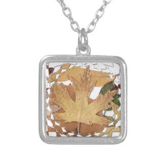 Marco del mosaico de las hojas de otoño collar