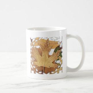 Marco del mosaico de las hojas de otoño taza