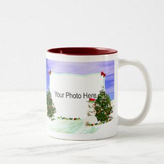 Marco del muñeco de nieve y de los árboles de navi tazas de café