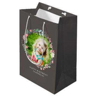 Marco floral de la foto de encargo delicada bolsa de regalo mediana