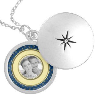 Marco metálico de la foto de la flor de lis (oro) medallón