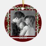 Marco rojo de la foto de familia del acebo y de adorno navideño redondo de cerámica