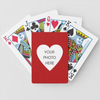 Marco rojo de la foto del corazón barajas de cartas