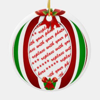 Marco rojo y verde de la foto del ornamento del adorno navideño redondo de cerámica