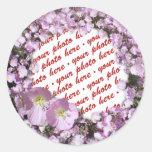 Marco rosado de la foto de las amapolas pegatina redonda