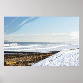 Marea del invierno, escena con nieve en la playa póster