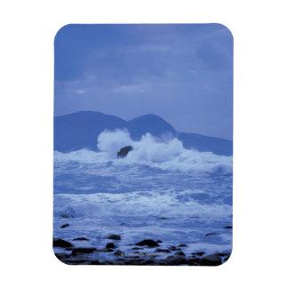 mares agitados que se estrellan contra una orilla  imanes rectangulares