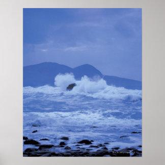 mares agitados que se estrellan contra una orilla  póster