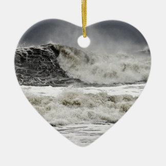 Mares que rabian del huracán Sandy Adorno De Cerámica En Forma De Corazón