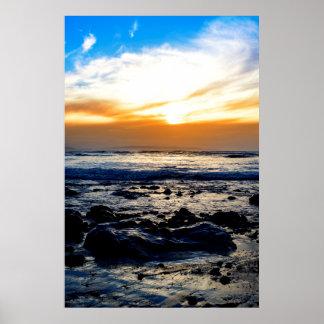 mares serenos en la playa beal rocosa póster