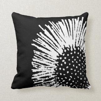 Margarita abstracta blanco y negro cojin