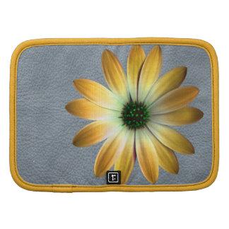 Margarita amarilla en la impresión de cuero gris organizador