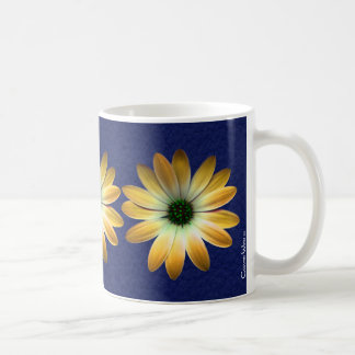 Margarita amarilla en la impresión del cuero del taza de café